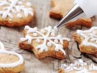 Рецепта Домашни коледни сладки с канела и украса от белтък и пудра захар